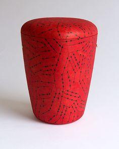Linien auf Rot – Naturstoff-Urne mit Lokta-Papier aus Nepal. 100 % biologisch abbaubar, für alle Arten der Erdbestattung geeignet. Nepal, Portal, Trends, Home Decor, Urn, Paper, Handmade, Creative, Platform