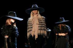 Cabellera suelta bajo sombreros de ala ancha, gran estilo Parisino de Yves Saint Laurent