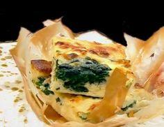 Spanakopita - Rețetă grecească de plăcintă cu spanac și brânză feta Spanakopita, Quiche, Feta, Breakfast, Ethnic Recipes, Cheesecake, Honey, Morning Coffee, Cheesecakes