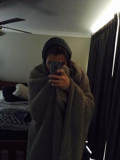 SO FRICKING CUTE. he wears a beanie even whilst hes at home. Luke Hemmings everyone!