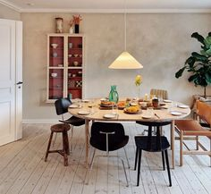 Dining Room Table, Kitchen Dining, Objet Deco Design, Dining Room Inspiration, Decoration, Interior Decorating, Room Decor, Furniture, Friends
