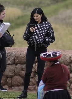 Kris and Kylie Jenner wear matching onesies for flight Kylie Jenner Beach, Kily Jenner, Kylie Jenner Daily, Kylie Jenner Workout, Kylie Jenner Pictures, Kylie Jenner Outfits, Kylie Jenner Style, Kendall And Kylie Jenner, Travis Scott