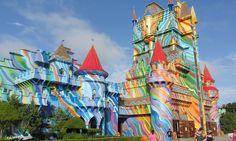 Quem será que escolheu as cores para pintar o castelo?!