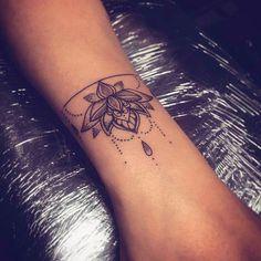 What a nice tattoo idea, i love it / c'est une belle idée de tatouage ! - What a nice tattoo idea, i love it / c'est une belle idée de tatouage ! Arm Tattoo, Cuff Tattoo, Wrist Tattoos, Body Art Tattoos, Infinity Tattoos, Little Tattoos, Mini Tattoos, Flower Tattoos, Lottus Tattoo