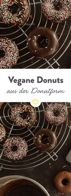 Einfach praktisch so eine Donutform. Kein Frittiergeruch hängt in der Luft und das Ergebnis ist auch viel weniger fettig. Am Besten machst du gleich ein paar Bleche dieser supersaftigen schokoladigen Donuts mit Bananenflavour – denn kaum sind sie aus dem Ofen, sind sie auch schon vernascht. Kein Wunder – selbst aus dem Backofen und ohne tierische Produkte sind die kleinen Kringel eine doppelte Schokodröhnung in Perfektion.