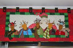 Cenefa de Navidad en Patchwork -Renitos- Revista Ar To Heart Jingle All the Way Halvorsen Christmas Applique, Santa Claus Is Coming To Town, Merry Christmas, Christmas Ornaments, Jingle All The Way, Wool Felt, Reindeer, Quilt Patterns, Kids Rugs