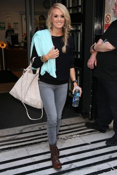 ( via ) I love this look from Carrie Underwood because they are all basic pieces, but make a fantastic outfit when you put them. Carrie Underwood Photos, Sara Underwood, Fitness Motivation Pictures, Grey Jeans, Celebs, Celebrities, Autumn Winter Fashion, Fall Outfits, Outfit Winter