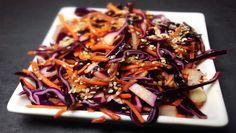 Die perfekte Beilage zum Fleisch: Coleslaw ist in den USA schon lange der Renner ➤ Unsere Rotkohl-Karotten-Apfel Variante kann hier gut mithalten!