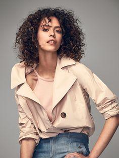 Las chaquetas de mujer más elegantes en Massimo Dutti. Descubra en la colección SS 2017 cazadoras bomber, vaqueras, chaquetas bordadas o de vestir.