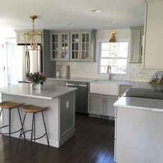 Cocina moderna de color blanco con espacios amplios y abiertos