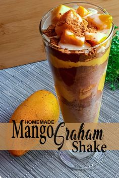 Home made version of Maxi Mango / Mango Graham Shake. A traditional mango shake with layers of graham crackers, a sweet mixture, and slices of fresh mango. Mango Graham Float, Mango Float, Mango Drinks, Refreshing Drinks, Floats Drinks, Easy To Make Desserts, Desserts Menu, Evaporated Milk