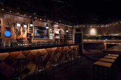 Сегодня мы узнаем много интересного про Gomez bar, который находится в городе Гарса-Гарсия, Мексика.  Дизайн интерьера бара от Savvy Studio полностью отвечает любым желаниям ночной жизни города. Это место, где можно просто что-нибудь выпить, слушая при этом хорошую музыку. Замысел весьма несложный: это смесь обычного паба и сцены, которые украшены графическими элементами современного искусства. …