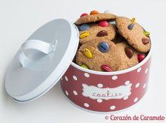 Estas galletas son ideales para hacer con niños, porque no requieren mucha elaboración, ni estirado con rodillo ni tampoco hace falta que la masa se enfríe en la nevera ya que no se corta con corta…