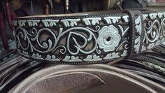 Cinto piteado con cincelado Leather Art, Painting Leather, Tooled Leather, Leather Tooling, Modern Traditional, Traditional Outfits, Mexican Designs, Mexican Folk Art, Cops