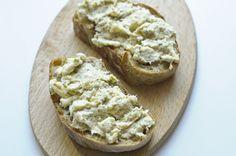 Na śniadanie i kolację najlepsze są kanapki :-) Dzisiaj łączymy świeży i pachnący chleb z wędzoną makrelą.