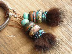 Boucles d'oreille rustiques-style tribal-boucles d'oreille nomades-look vintage-perle filée au chalumeau-pompon fourrure-turquoise-fauve-ivoire : Boucles d'oreille par rare-et-sens