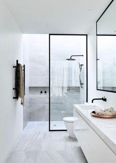 salle de bain italienne petite surface, douche en métal noir, avec séparateur verrière en métal noir et verre transparent, meuble de rangement en blanc sur toute la longueur du mur, évier lavabo en métal noir