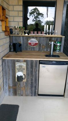 There's nothing like enjoying a cold beer as you admire the Reclaimed Pallet Bar that you built yourself, and it didn't cost a cent! Plus you can have a great place to display those homebrew trophies! Information about my Reclaimed Pallet Wooden Pallet Bar, Wooden Pallet Furniture, Diy Pallet, Pallet Projects, Outdoor Pallet, Outdoor Furniture, Pallet Ideas, Furniture Ideas, 1001 Pallets