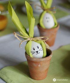 Für eure Tischdeko fürs Osterfest: DIY Serviettenhasen als Osterdeko! Schnell gemacht und super süß fürs Ei zum Osterfrühstück.