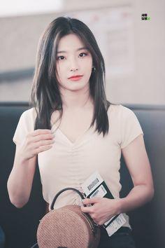 """새롬달콤 on Twitter: """"190817 ICN 출국 HQ  #이새롬 #새롬 #프로미스나인 #fromis_9 #leesaerom #saerom @realfromis_9… """" Cute Girl Face, Cool Girl, South Korean Girls, Korean Girl Groups, Asian Doll, New Girl, Pop Group, Kpop Girls, Cute Girls"""