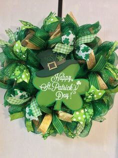 Go inexperienced with these St Patrick's Day decor concepts. From festive wreaths to shamrock decorations, there are many DIY St. Patrick's Day decorations right here that can assist you to plan the proper St. Patrick's day occasion. St Patrick's Day Decorations, Handmade Decorations, Christmas Decorations, Holiday Wreaths, Holiday Crafts, Spring Wreaths, Summer Wreath, Sant Patrick, Saint Patrick's Day