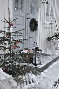 Winter curb appeal hang apples from tree branches ; Gardenista Winter curb appeal hang apples from tree branches ; Christmas Porch, Noel Christmas, Primitive Christmas, Outdoor Christmas Decorations, Country Christmas, Winter Christmas, Winter Porch, Simple Christmas, Natural Christmas