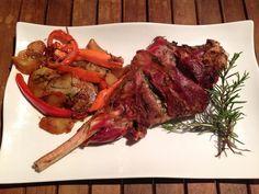 La receta perfecta para servir en cualquier evento familiar: pierna de cordero al horno. Esta versión es del blog EL RITMO EN LOS FOGONES.