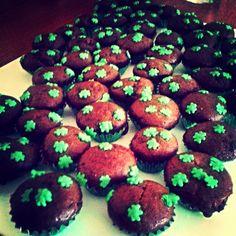 Mini cupcakes navideños.  Chocolate con corazón de dulce de leche  Encuentranos en Facebook e instagram.:)