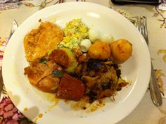 Prato do Restaurante Caminhos do Trem, Farroupilha/RS em 11/11/12. Nos domingos os pratos são muito especiais. Nesta foto o melhor mesmo foi a lazanha de ameixa, o bolinho de batata temperado e os bolinhos com gostinho de pizza! hum... :-<>  (foto by @Luis Tamiosso (luccks))