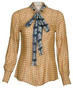 Auch in cremefarbener Tupfenvariante ist Rena eine tolle Wahl. Die Bluse aus reiner Seide besticht durch den abnehmbaren Schal, der geknotet oder als Schluppe getragen zum echten Hingucker wird. Material: 100 % Seide