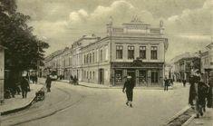 Iași - Intersecţia dintre strada Lăpuşneanu (dreapta) şi strada I.C. Brătianu (stânga) la 1915. De aici începea uliţa pitarilor Romania, Winter Wonderland, Louvre, Street View, Urban, Black And White, Building, Pictures, Travel