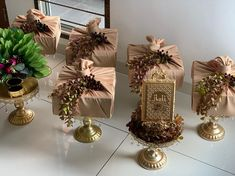 Hidden decor request by Pretty Ashera. Material brown gold with Alquran garden deco & artificial sireh junjung. Engagement Gift Baskets, Wedding Gift Baskets, Wedding Gift Boxes, Engagement Gifts, Wedding Cards, Wedding Gifts, Diy Wedding, Bridal Gift Wrapping Ideas, Creative Gift Wrapping