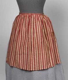 18th cent - Meisjesschort van rood wit gestreept linnen zijde, met zalmkleurige strikband   Modemuze