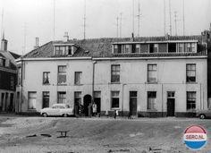 Arnhem Klarendal: De Arbeidsstraat begin jaren 60 mt de eerste TV antennes - Oorspronkelijk heette deze straat Prinsenstraat. Vanwege de verwarring met de Prinsessestraat en in verband met de nabijgelegen Nijverheidjes werd de naam in 1929 veranderd in Arbeidsstraat. De Arbeidsstraat liep van de Rapparddwarsstraat naar de Tedingstraat, tussen het Johannaplein en Rappardplein in. De straat werd doorsneden door de Schutterstraat. Na de renovatie is de Arbeidstraat hier verdwenen, maar komt de…