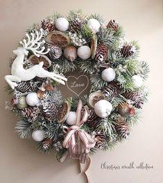 Christmas Swags, Christmas Door Decorations, Xmas Wreaths, Christmas Mood, Retro Christmas, Natural Christmas, Cute Christmas Wallpaper, Diy Fall Wreath, Creation Deco