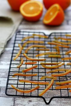 At the moment I suggest a fundamental recipe, to confit orange peel, an anti-waste recipe as a result of usually the orange peel results in the trash! Candy Recipes, Vegan Recipes, Orange Confit, Desserts With Biscuits, Candied Orange Peel, Cooking Bread, Sweet Cooking, Food Tags, Chutney