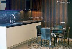 Sublime meseta y pared con la cubierta de cuarzo Caesarstone Vanilla Noir™. La iluminación del panel sobre la tarja y quemadores de la estufa nos fascina, al igual que el resto de la decoración. #caesarstone #caesarstonemx #cocinas #cocinasmodernas #tendencias #tendencias2016 #ideas #ideasparalacasa #islasdecocina #cuarzo #cubiertasdecuarzo #encimerasdecuarzo #marmol #granito #ambientes #ambientesmx #archdaily #archdailymx #arquitectura #arquitecturamx #remodelacion #construccion… Boutique Homes, Kitchen Tops, Panel, Ideas Para, Conference Room, Instagram Posts, Furniture, Home Decor, Granite