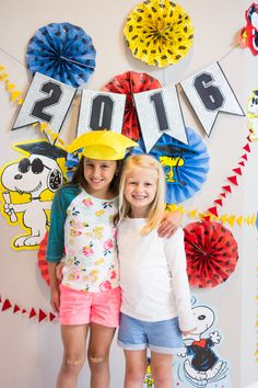 DIY graduation party photo backdrop idea - love these Peanuts decorations for a preschool or kindergarten graduation party!