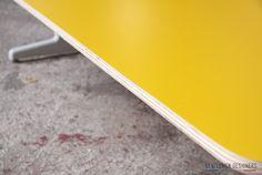 Table basse vintage, formica jaune - Gentlemen Designers