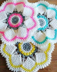 Fotoğraf açıklaması yok. Diy Crochet, Crochet Doilies, Crochet Flowers, Hand Crochet, Crochet Toys, Macrame Toran Designs, Crochet Potholder Patterns, Crochet Winter, Free Pattern