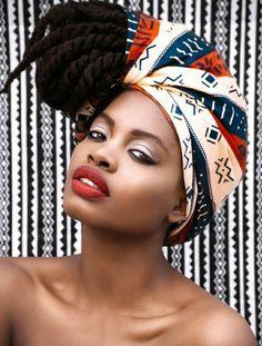 foulard sur la tete, lèvres rouges, faux locks africains, écharpe en motifs géométriques