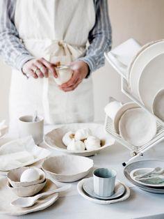 plates en bowls made of clay | kleiservies | Styling liza wassenaar, leonie mooren | Photography ernie enkelaar | vtwonen 04-2016