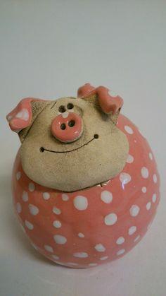 Spořivý+čuník+kulatý+Pokladnička,+kasička.... +prasátko+je+slepeno+ze+dvou+polokoulí+ +Nahoře+otvor+na+vhazování+mincí.+ Ze+spodu+naznačené+kolečko+na+vyklepnutí Pottery Animals, Ceramic Animals, Fish Sculpture, Pottery Sculpture, Ceramic Studio, Ceramic Clay, Clay Projects, Clay Crafts, Diy Xmas Gifts