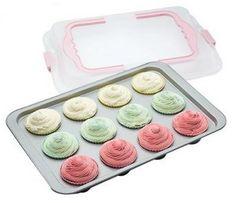 Assadeira para 12 cupcakes fabricada em alumínio. Possui revestimento antiaderente, facilitando sua limpeza, além de tampa com travas e alças, podendo ser levada para qualquer lugar.