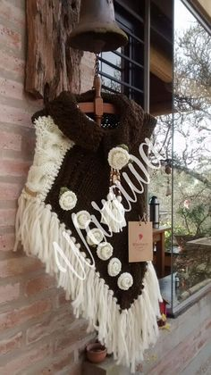 Poncho con rosetas Poncho Shawl, Knitted Poncho, Crochet Shawl, Crochet Doilies, Poncho Knitting Patterns, Knitting Designs, Capes & Ponchos, Knit Art, Wool Embroidery