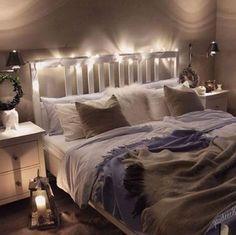 Gemütliches Schlafzimmer Mit Doppelbett Und Lichterkette. #bedroom # Schlafzimmer