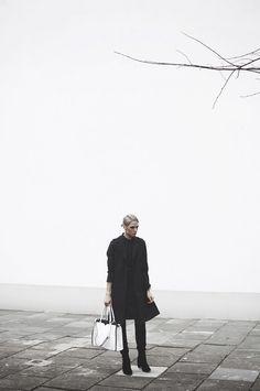 #trencz damski czarny u biała #torba #topsecret Top Secret, Raincoat, Winter Jackets, Model, Tops, Fashion, Rain Jacket, Winter Coats, Moda