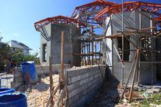 Unser Eingangs Portal wird langsam. Nun nach der Taifun Haiyan Unterbrechung geht es nun wieder weiter und wir haben in den letzten Wochen angefangen dern Eingangsbereich zu gestalten. Auch der Gehweg nimmt langsam Form an. Im Hintergrund ist noch eine durch den Taifun zerstörten Villen aus der Nachbarschaft zu erkennen