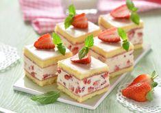 Da will man mindestens zweimal zugreifen: Erdbeer-Biskuit-Würfel schmecken nicht nur köstlich, sie sehen auch umwerfend aus!