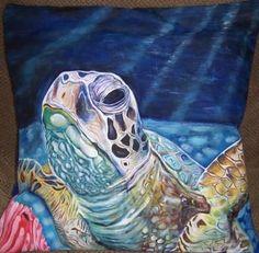 Cojín pintado en tela a nuestra tortuga de galápagos, en Juliartex Perú